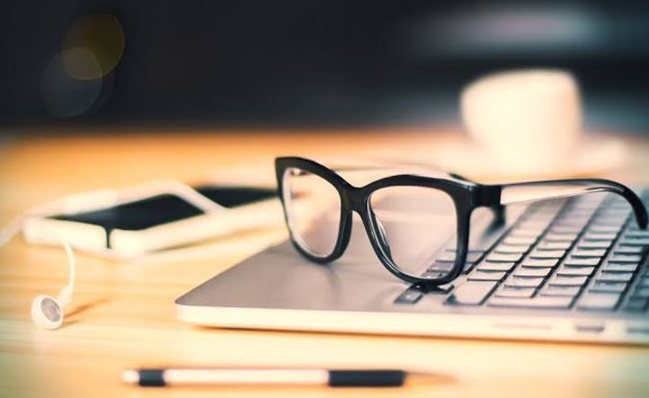 Top 5 Things To Look For In An Online Glasses Retailer